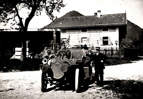 Rudolf Diesel mit seinem 1906 neu angeschafften NAG-Automobil; am Steuer Chauffeur Toni Buchbinder; R. Diesel hat das Fahren seiner Limousine schnell wieder aufgegeben.