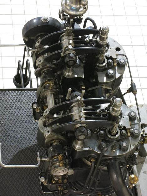 Grazer 80 PS-Zweizylindermotor, Baujahr 1915,  Blick von oben auf den Motor