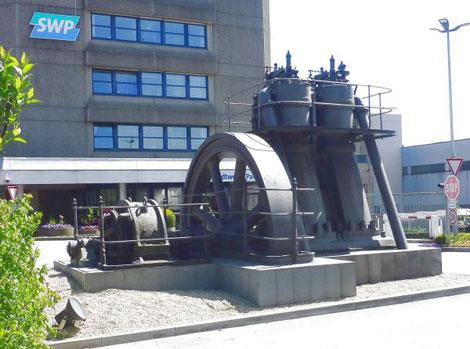 Dieselnmotoren der Weberei A.J.Rothschild Söhne, Stadtoldendorf, MAN-DM-Dieselmotoren, DM 2x100 vor dem Stadtwerkehaus Passau