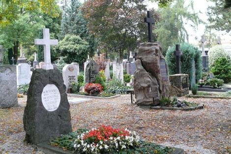 Protestantischer Friedhof Augsburg: Diesel-Familiengrabstätte mit mehreren nahen Angehörigen von Rudolf Diesel; Blickle-Grab, in dem u.a. die jüngere Schwester Emma des Erfinders beerdigt ist.