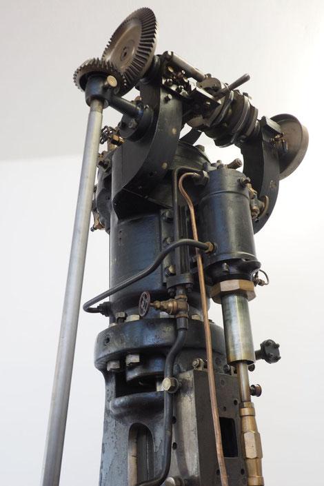 Vom Versuchs-Dieselmotor 22/40 angetriebene, fest angebaute Luftpumpe zur Einblasung des Kraftstoffes.