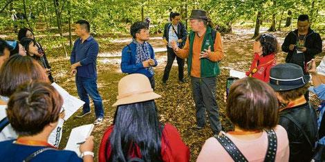 Martin Klitsch, Pädagogischer Leiter des Waldkindergartens, erklärt der chinesischen Delegation das Konzept der Kita. Quelle: Foto: Felix König