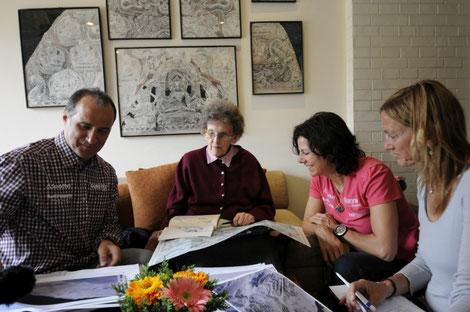 Gerlinde und Ralf mit Ms. Hawley (m.) und Billi Bierling (l.) in Kathmandu © R. Dujmovits