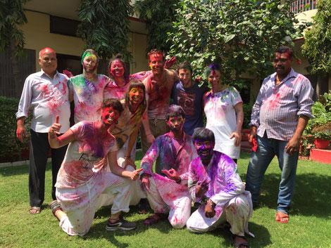 Ein Teil unserer Holi Gruppe mit Manager und Koch. In der Mitte Simon.