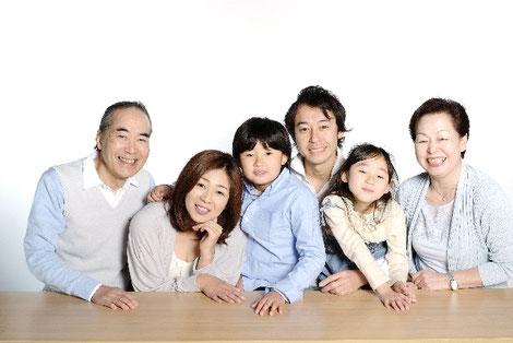 小学生がいる家族の集合写真