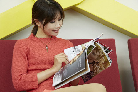 雑誌を読む女性の画像