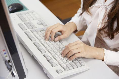 パソコンを使っている女性の手元の画像