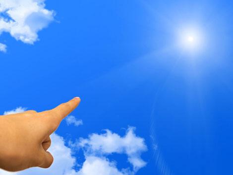 空に向かって指を指している画像