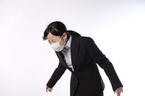 花粉症でくしゃみをしている女性の画像