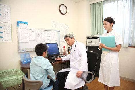 医師の診察風景の画像