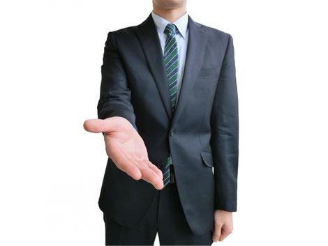 握手を求めているサラリーマン
