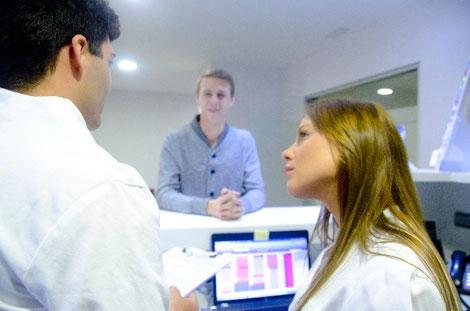 調剤事務と薬剤師と患者の画像