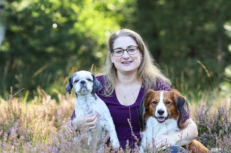 Nicole mit ihren Hunden Sammy und Cliff in der Solinger Heide