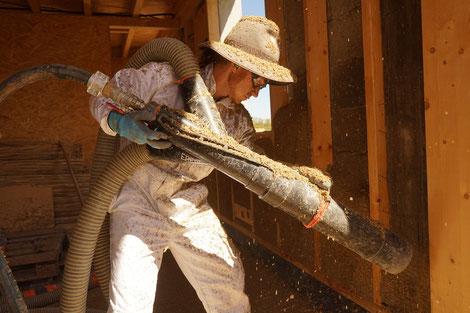 Hanfkalk im Holzständerwerk gesprüht. Foto: Lara Krauße