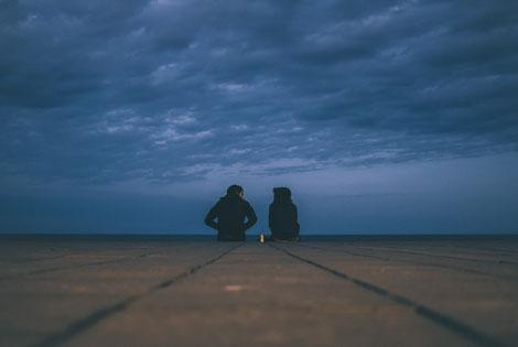 Ein Paar redet am Abend am Meer