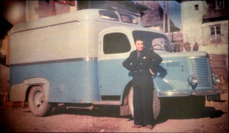 Jean-Marie Gaston devant sa camionnette-épicerie