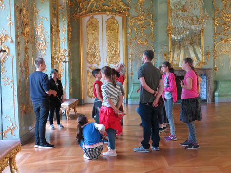 Schüler und Lehrer in der Goldenen Galerie im Schloß Charlottenburg