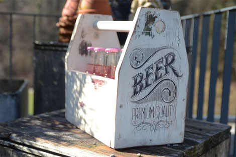 Bier-Cady in Form einer alten Werkzeugkiste
