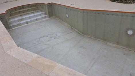 Application de fibre de verre (mat de verre) et résine dans une piscine.