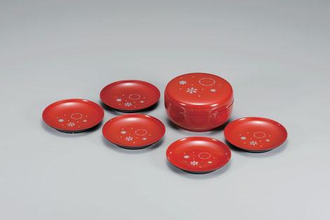 雪の結晶の紋様を全体にあしらいモダンにアレンジしました 本体は小皿5枚収納できミニ菓子器としても活用できます