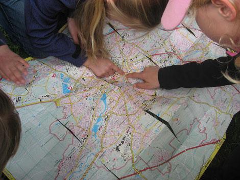 Im Rahmen der Ökowerkstatt erforschen Kinder den Stadtteil.