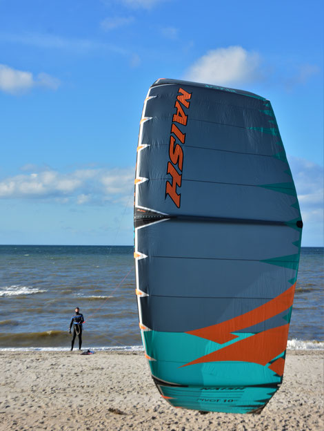 Kitesurfen lernen im Kitekurs deiner Kiteschule Ostsee. Jetzt Kiten lernen an der Ostsee. Kitesurfen lernen macht riesig Spaß und ist leicht. Buche jetzt deinen Kitekurs an der Ostsee. Ahoi Urlaub!