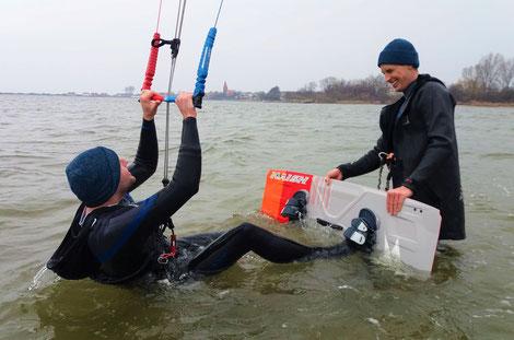 Kitesurfen lernen im Stehrevier an der Ostsee im Salzhaff. Buche jetzt deinen Kitekurs und starte mit deiner Wassersportschule Ostsee durch. Hab Spaß im Urlaub und lerne Surfen!