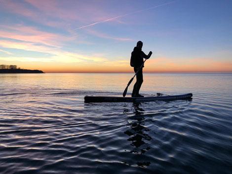 Stand Up Paddling Ostsee. Starte jetzt in deinen Wassersportkurs der Surfschule Rerik und der Kiteschule Ostsee in Kühlungsborn. Buche jetzt deinen Kitekurs Ostsee in Verbindung mit deinem Windsurfkurs Ostsee.