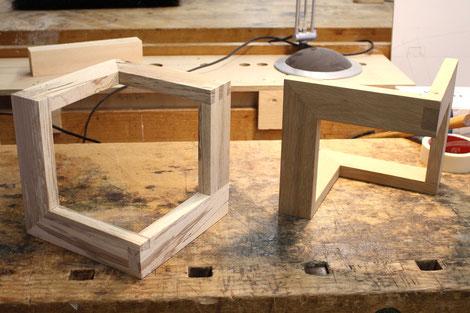 Eine der Aufgaben der Auszubildenden bestand darin, unterschiedliche Holzverbindungen per Hand anzufertigen, wobei Maßgenauigkeit, sauberes Arbeiten und Zeitvorgabe eine Rolle spielten.