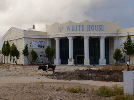"""Das """"Weiße Haus"""" irgendwo am Wegesrand. Und der Hausherr spaziert im Garten"""