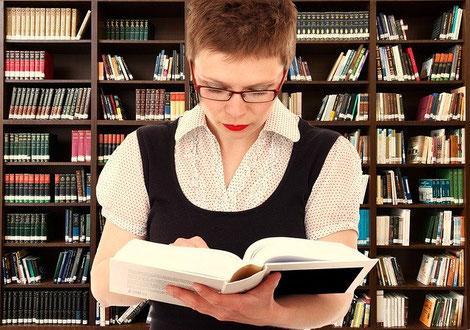 Belesene Frau in Bibliothek