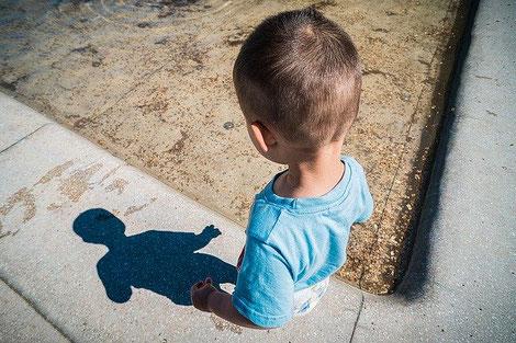 Kleiner Junge und sein noch viel kleinerer Schatten