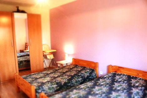 Das zweite Schlafzimmmer mit 2 Einzelbettten.