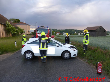 Feuerwehr; Blaulicht; FF Großweikersdorf; Unfall; PKW; B4;