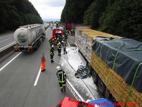 Feuerwehr; Blaulicht; Feuerwehr Laakirchen; Brand; LKW; Stroh; A1