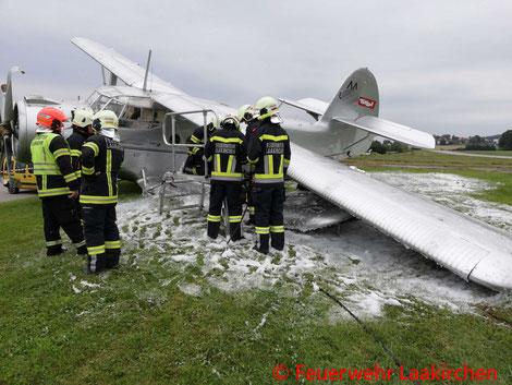 Feuerwehr, Blaulicht, FF Laakirchen, Bruchlandung, Flugzeug, Antonov An-2, Flugplatz, Flugfeld