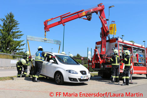 Feuerwehr; Blaulicht; FF Maria Enzersdorf; PKW; Parkplatz; Supermarkt; Bergung;