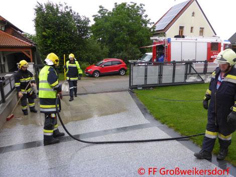 Feuerwehr; Blaulicht; FF Großweikersdorf; Wohnhaus; Beton; Verschmutzt; Technischer Defekt;