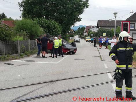 Feuerwehr, Blaulicht, Laakirchen, Verkehrsunfall, Auto, Leichtverletzte