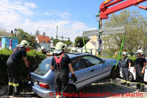 Feuerwehr, Blaulicht, FF Maria Enzersdorf, PKW, Gebüsch, Bergung