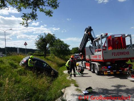 Feuerwehr; Blaulicht; FF Großweikersdorf; Unfall; Graben; B4; PKW;