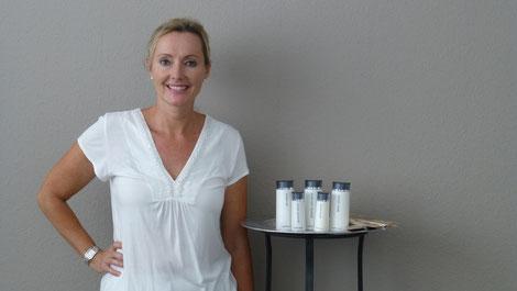 Kosmetikerin mit Pflegeprodukten