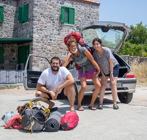 Thailan, Viviane and Ülkam at the hitchhike drop off place in Barbaros