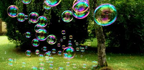 bunte Seifenblasen fliegen