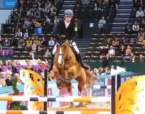 Goldener Sattel: Marvin Jüngel aus Rotenburg hier mit seinem eigenen Pferd Give it to me rollte das Feld von hinten auf und wurde Zweiter. Foto: bb