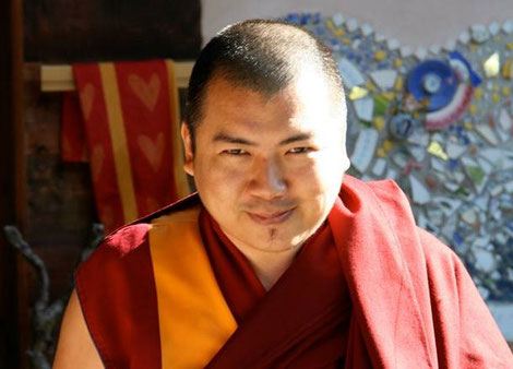 Ven. Lama Tenzin Khenrab Rinpoche Maestro residente al Ghe Pel Ling Di Milano