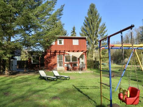 Ferienhaus Urlaub MV Seenplatte, am Wald, am See, großes eingezäuntes Grundstück, Spielplatz