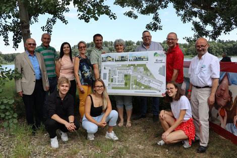 Bürgermeister Johann Mayer, NBG Direktor Walter Mayr, der Vereinsvorstand, die Schüler und Architekt Schmidt freuen sich über die Baubewilligung. Foto: Potmesil/meinbezirk.at