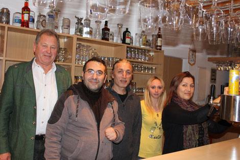 von links: Anton Moosmayr (1. Vorstand), Bilal Karahan (Pächter), Ahmet Güler (Wirt), Sibel Esuanova (Bedienung), Sevilay Güler (Wirtin)