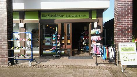 Die Schuhkiste in Henstedt-Ulzburg hat viele Kinderschuhe. Es gibt Kinderschuhe für Babys, Kleinkinder, Kids und Teens. Gummistiefel, Lederpuschen, Lauflerner Lauflernschuhe, Sandalen, Stiefel, Halbschuhe, Sportschuhe, Ballerina, Sandaletten, Hausschuhe.